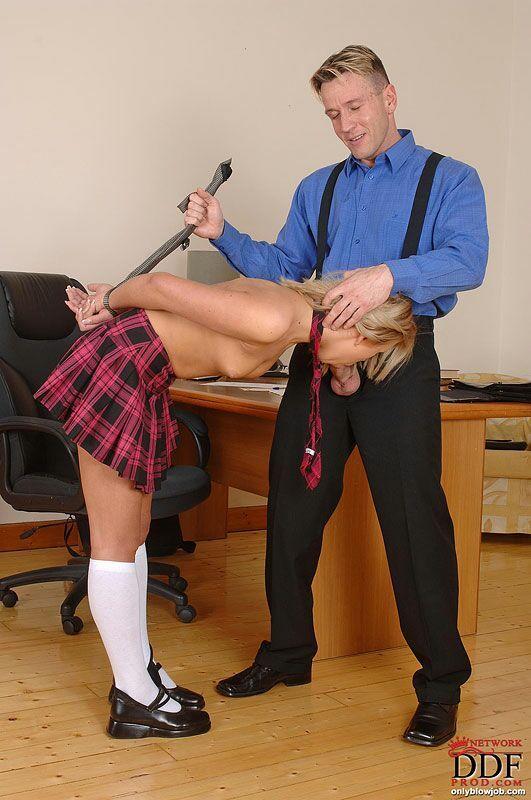 Порно директор и учитель наказывают ученицу